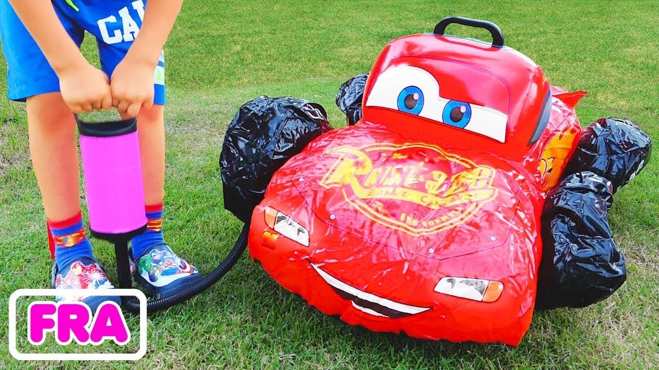 Download L'enfant Vlad joue avec les voitures-jouets cassées