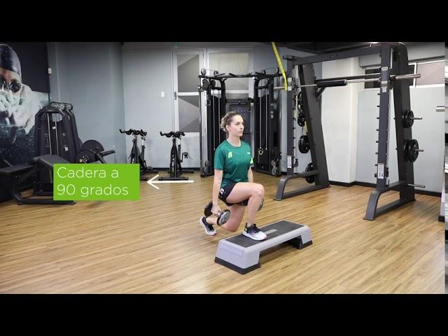 Avanzada con elevación de rodilla, en superficie sin peso, con peso o con resistencia