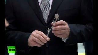 Путин отослал Меркель металлический цветок
