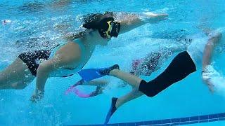 Дети плавают в бассейне наперегонки ♥ 5yo kids swimming underwater vs 10yo children