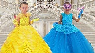 Alice se viste con un hermosas vestido de princesas | Compilación historias para niños