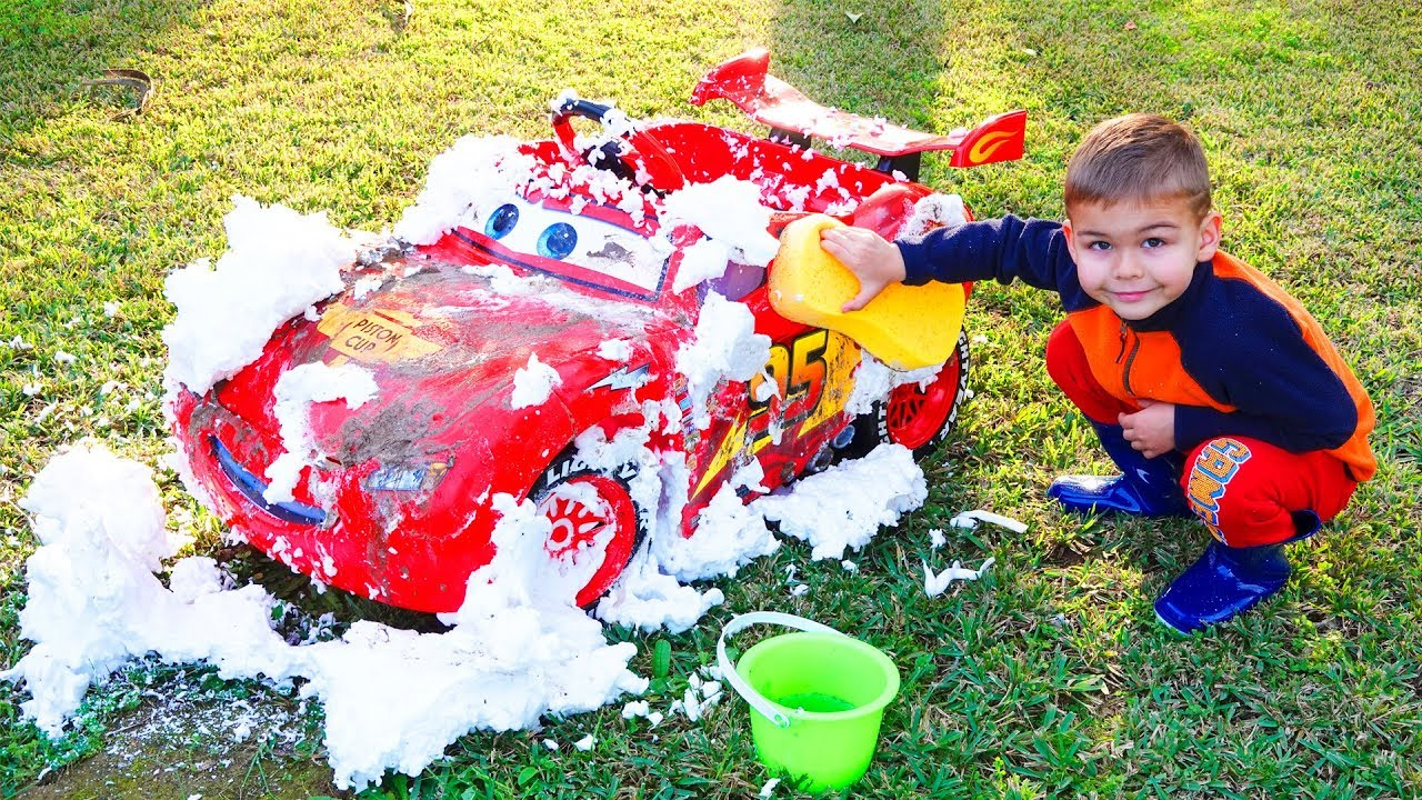 Dima pretend play on the car wash with Lightning Mcqueen