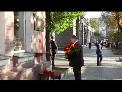 Ukrainian President Honours Killed Journalist: Poroshenko lays flowers at Georgiy Gongadze memorial