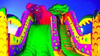 ОГРОМНЫЙ БАТУТ ГОРКА В ПАРКЕ РАЗВЛЕЧЕНИЙ И АТТРАКЦИОНОВ Развлечения Для Детей | Slide For Childre