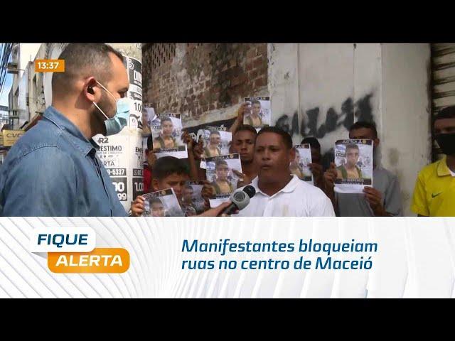 Manifestantes bloqueiam ruas no centro de Maceió