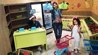 MÃE E FILHA BRINCANDO NO Mercado de Brinquedo com Carrinho - MINI MERCADO