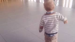 Мальчик бегает, играет на барабанах и гуляет