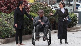 黑心保姆当街虐待老人,遭路过大叔怒怼:你再这样我跟你没完!(中国社会实验)