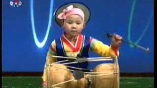 North Korean Children Playing Changgu 北朝鮮幼稚園児のチャング演奏