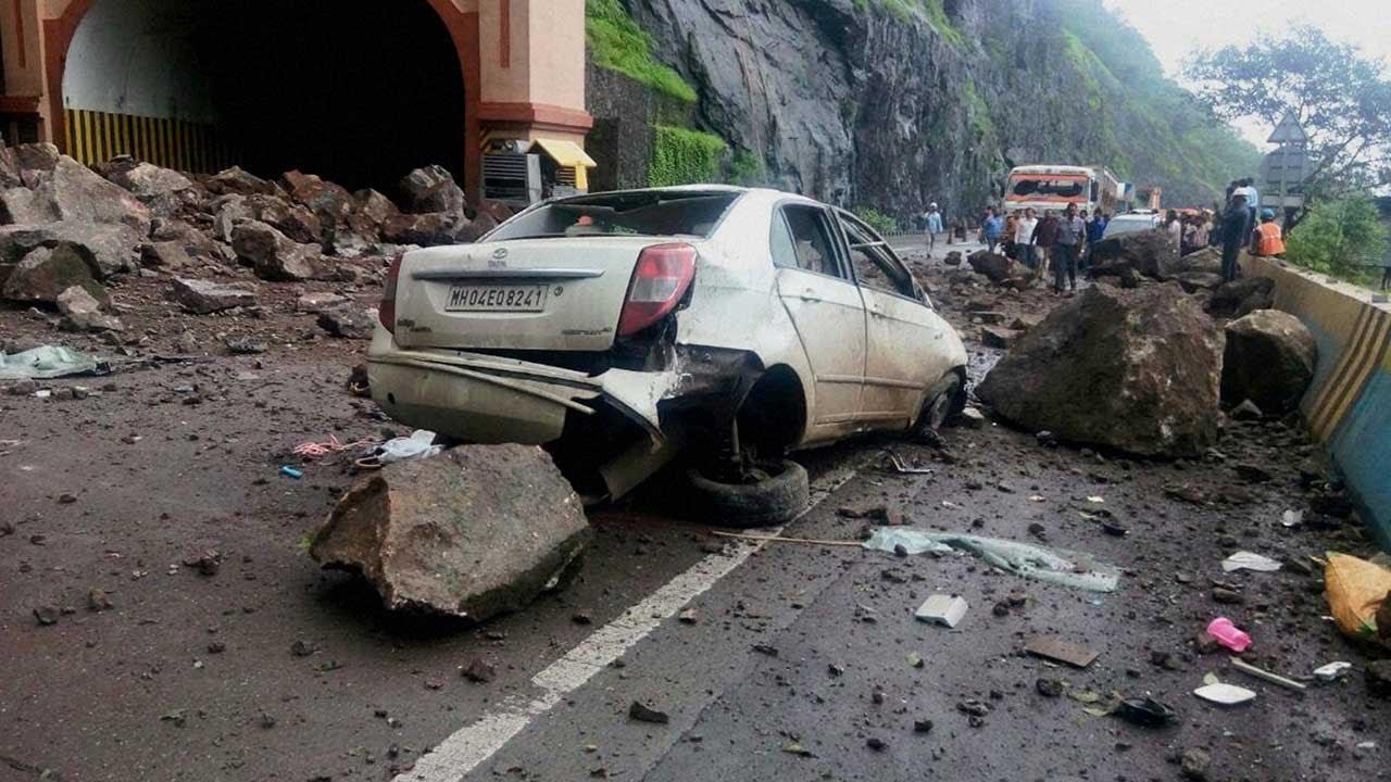landslide in hindi भारत समाचार: वैष्णो देवी मंदिर के गेट नंबर तीन के पास चट्टान गिरने से सीआरपीएफ के एक कॉन्स्टेबल की मौत हो गई है.
