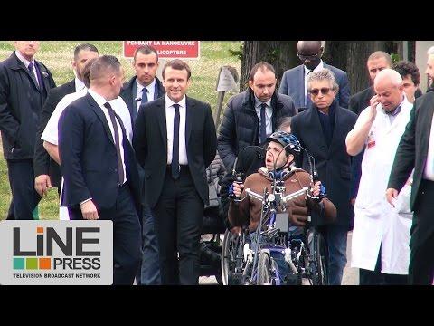 Emmanuel Macron visite l'hôpital de Garches / Garches (92) - France 25 avril 2017