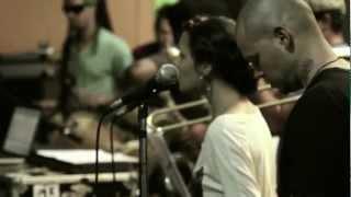 """Calle 13 - """"La vuelta al mundo"""" en Apache Estudio"""