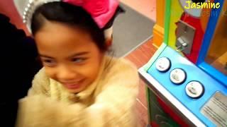Kumpulan Video Jasmine Bermain Mesin Koin | Disney Egg Surprise | Medalion