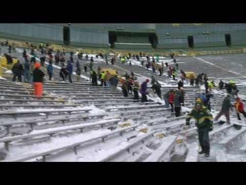 Packers fans help clean up Lambeau Field