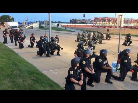 Американские полицейские встали