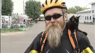 Красноярец учит кататься на велосипеде уже второго кота