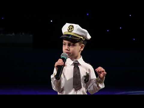 видео: Мальчик 5 лет КЛАССНО поет на конкурсе (Давид Тухманов) / Роберт получает медаль