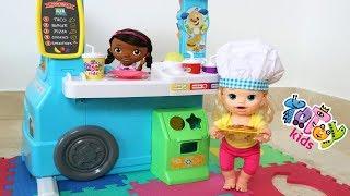 Sara y su Mami atienden clientes en su Camión de Comida🍔🍕🥪 Food Truck Totoykids!!!