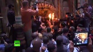 Благодатный огонь сошел в храме Гроба Господня в Иерусалиме(Благодатный огонь сошел в храме Гроба Господня в Иерусалиме. Патриарх Иерусалимский Феофил III передал его..., 2016-04-30T14:30:41.000Z)