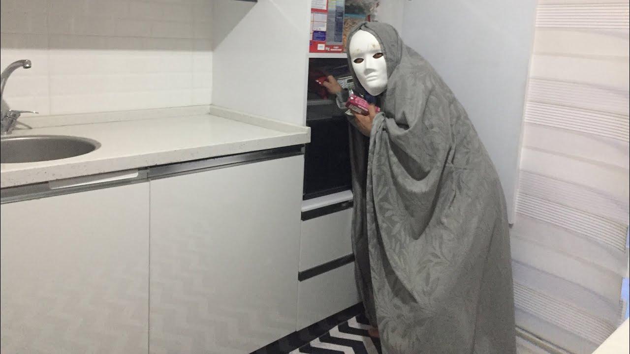 Merdivenli Evden Garip Sesler Duyduk Yaşlı Cadı Teyze Çikolatalarımı Alırken Yakaladım
