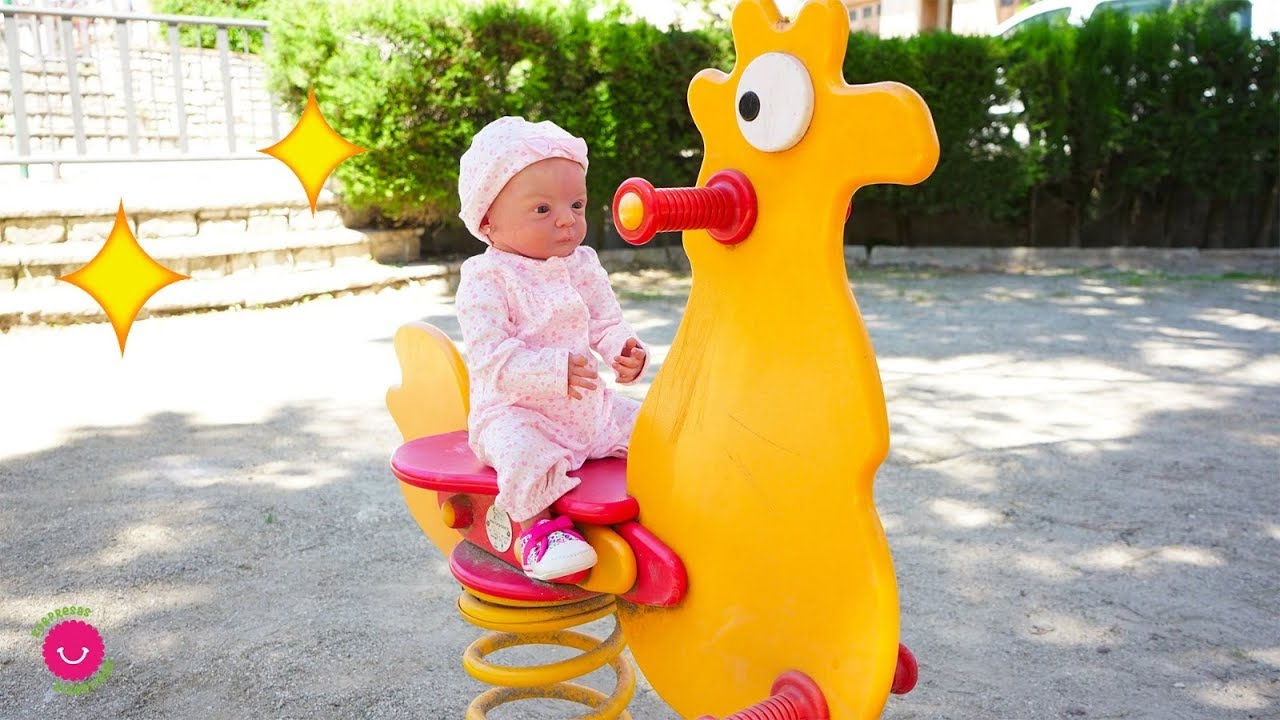 Lindea y Leo juegan en el Parque infantil - Bebés Reborn