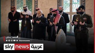 الأمير حمزة يظهر رفقة العاهل الأردني خلال زيارته الأضرحة الملكية