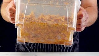 Встряхиваем 3 куриные грудки в пластиковой коробке для идеального вкуса.