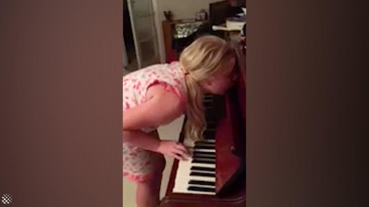 Девојче свири на пијано додека месечари