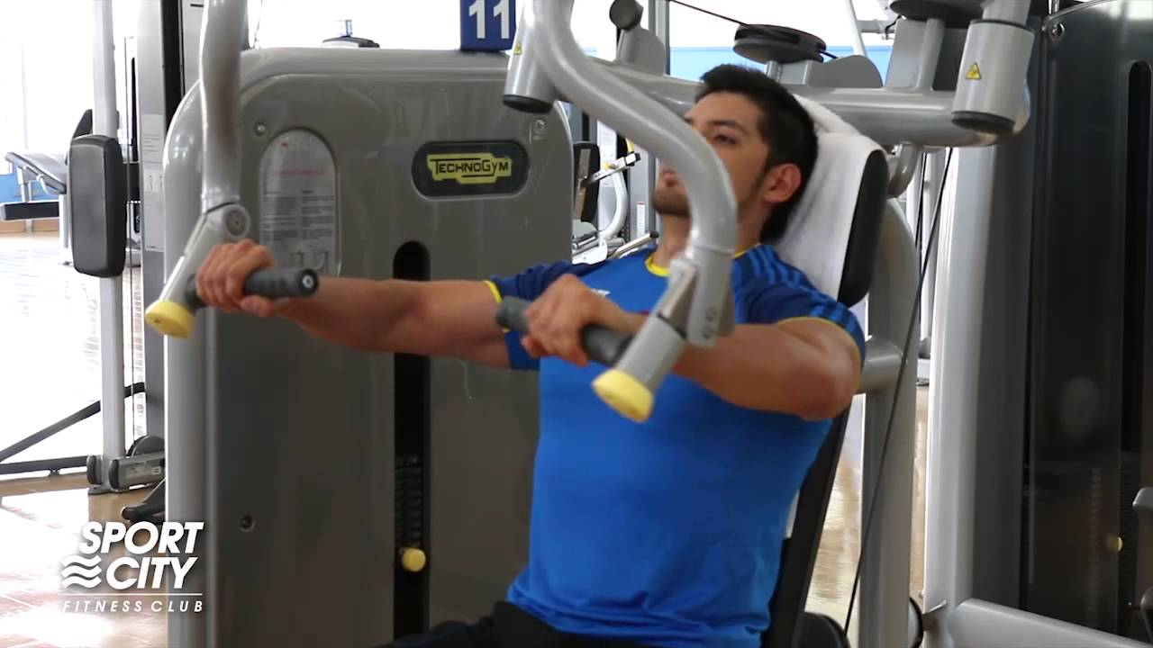 Press de pecho en m quina rutinas041000 youtube for Maquinas de ejercicios