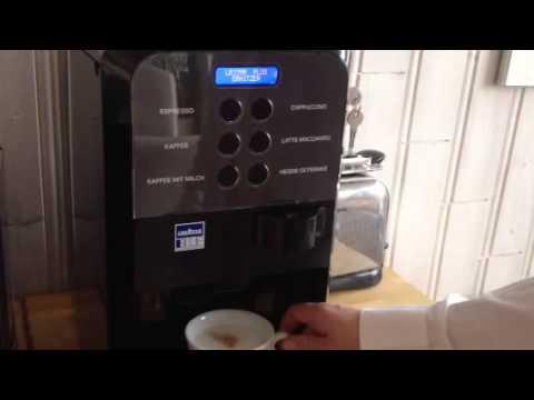 nespresso cs 100 v s lavazza lb 2500 plus youtube. Black Bedroom Furniture Sets. Home Design Ideas
