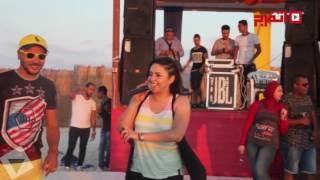 «اتفرج».. غناء ياسمين نيازي على الشاطئ