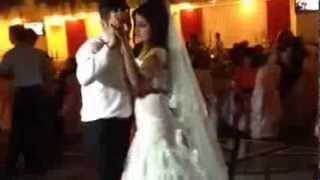 Свадьба жених дарит невесте песню