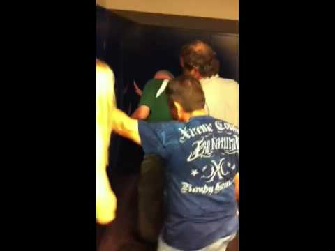 KISS & Mötley Crüe - Tulsa : backstage girl locked in locker