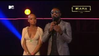 DJ Maphorisa alivyoichukua Tuzo ya Best Collaboration aliyokuwepo Sauti Sol na Ali Kiba
