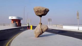 ঝুলন্ত পাথর দুটি ১৪০০ বছর আগে  মুহাম্মদ (সাঃ) বেধে রেখেছেন।Two Hanging Stones 1400 years ago