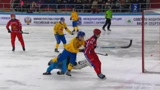 Sverige VM i bandy hemma i Vänersborg, samtidigt som svensk bandy brottas med stora problem