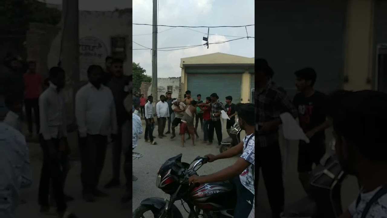Delhi street fight on road
