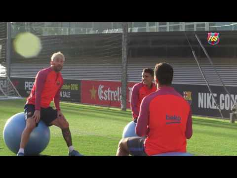 Heads up! Leo Messi and Luis Suárez having fun at training camp