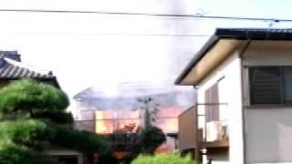 白昼 住宅密集地で火災が発生 住宅2軒全焼.