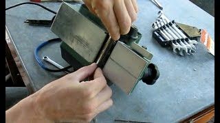 Как заменить лезвия на электрорубанке(Как поменять ножи на электрорубанке. (В данном случае