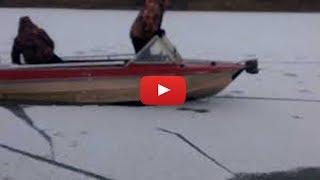 Безумные рыбаки ))) Я в шоке !!! Смотреть всем !!! Лодка на льду 10 см.