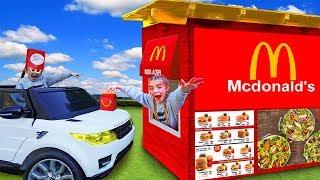 Las Ratitas hacen un McDonalds en el jardín y Gisele le pone Slime y Squishies