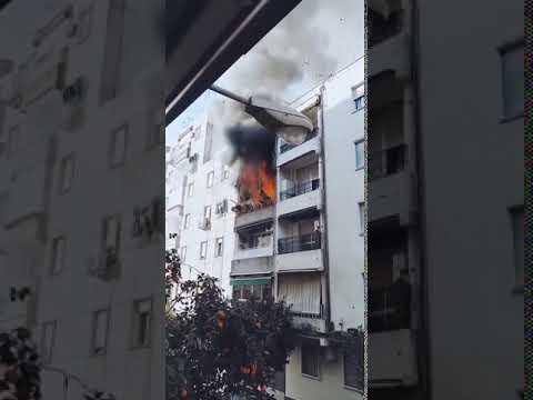 Los bomberos intervienen en una incendio en Gran Vía Parque en Ciudad Jardín