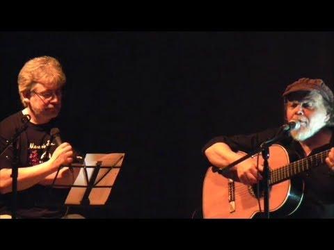 """Rafael Amor y Fernando Pisano cantando """"Resurrección de la alegría"""" y """"Olor a goma quemada"""""""