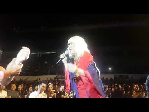 Vice Ganda serenades a couple in Laoag City