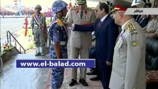 بالفيديو..حديث بين الرئيس ووزير الدفاع أثناء تخريج دفعة ضباط الصف
