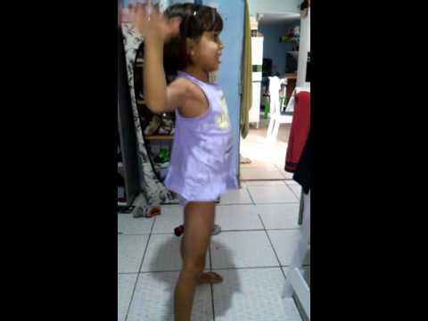 Menina de 7 anos dança bag bag da Anita..