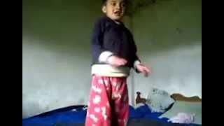 Niño bailando el Wop wop gangnam style