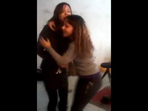 Девушка носит на руках подругу видео фото 146-833