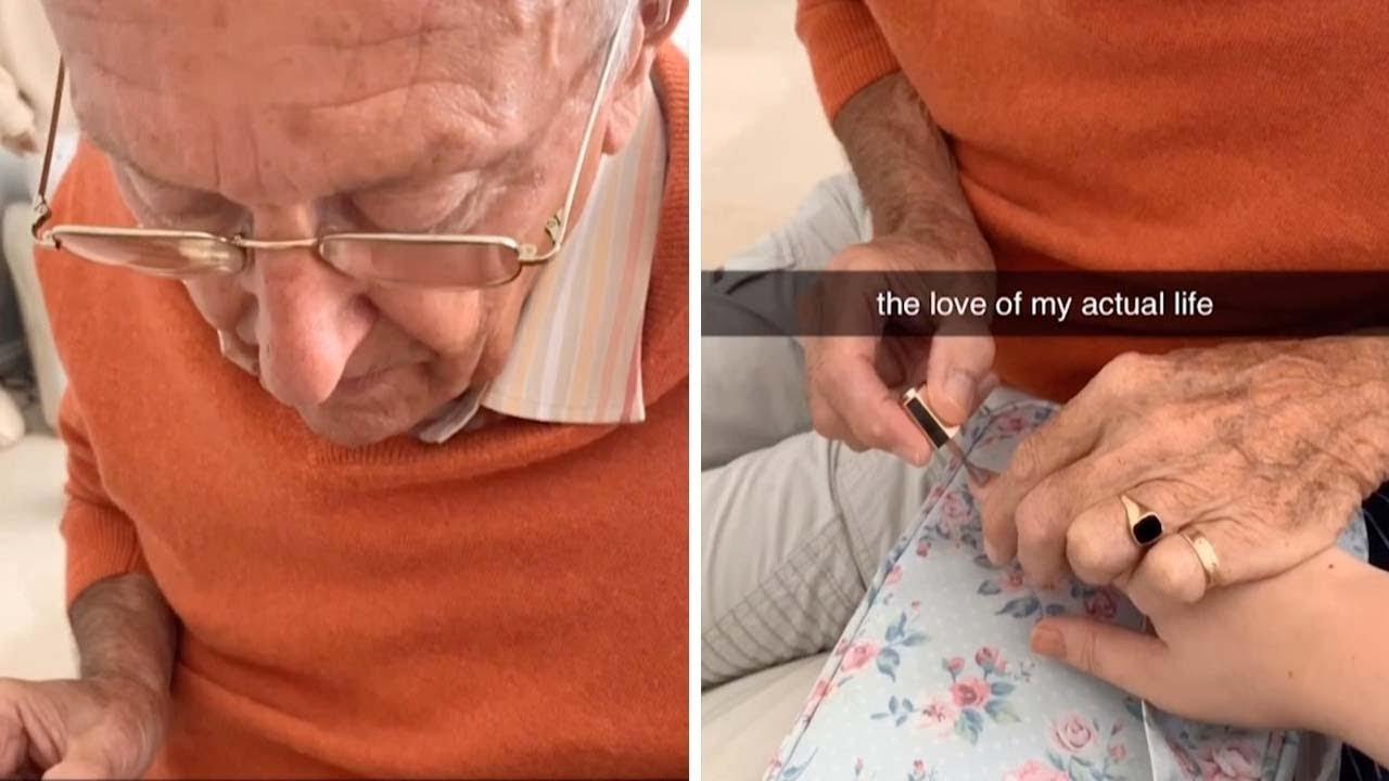 Дедо ѝ ги лакира ноктите на својата внука, за да ја расположи по операција